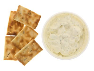Keto zure room en bieslook crackers