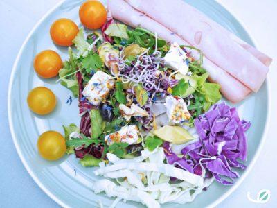 Keto salade met geitenkaas en mortadella